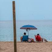 Una pareja disfruta del buen tiempo en la playa de Palmanova de Calviá, Mallorca