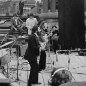 Los Beatles tocando desde la azotea