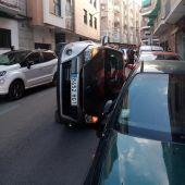 El vehículo ha quedado volcado sobre un costado en la calle Libertad