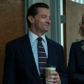 Hugh Jackman y Allison Janney, en un fotograma de la película 'La estafa'
