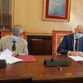 García Marín y Díez en la firma del convenio ULE - Ayuntamiento
