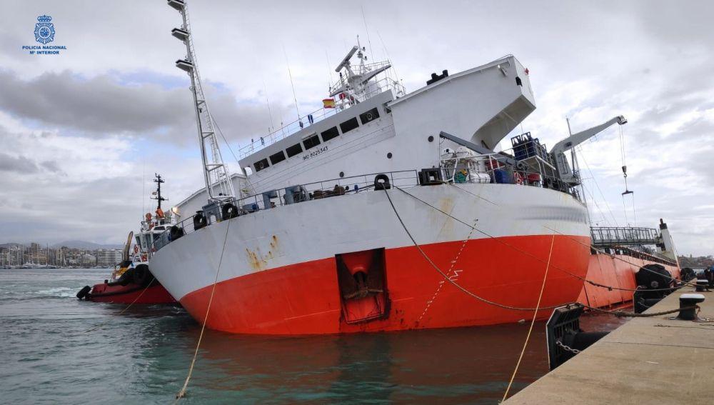 Buque mercante hundido parcialmente en el Puerto de Palma