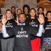 El actor David Oyelowo, la directora Ava DuVernay y el resto del equipo de la película 'Selma', con camisetas antirracistas