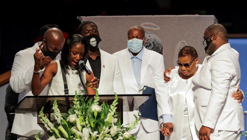 Familiares de George Floyd en su funeral.