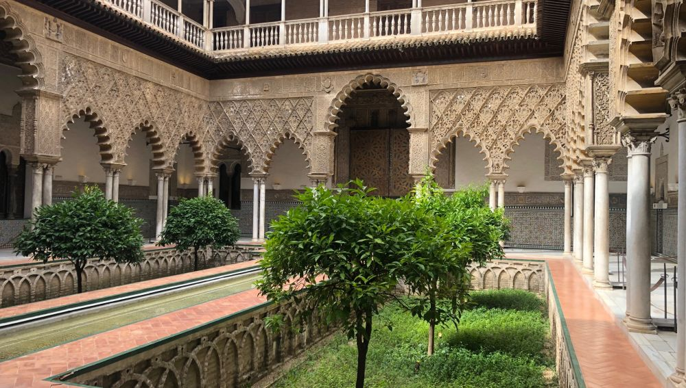 Una imagen completamente inusual del Alcázar, sin visitantes ni turistas a la espera de su reapertura el lunes