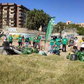 Voluntarios de Andalimpia tras la limpieza del cauce del Guadalmedina