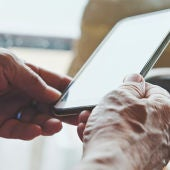 Imagen de archivo: persona mayor mirando un móvil