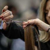 Peluquera cortando el pelo