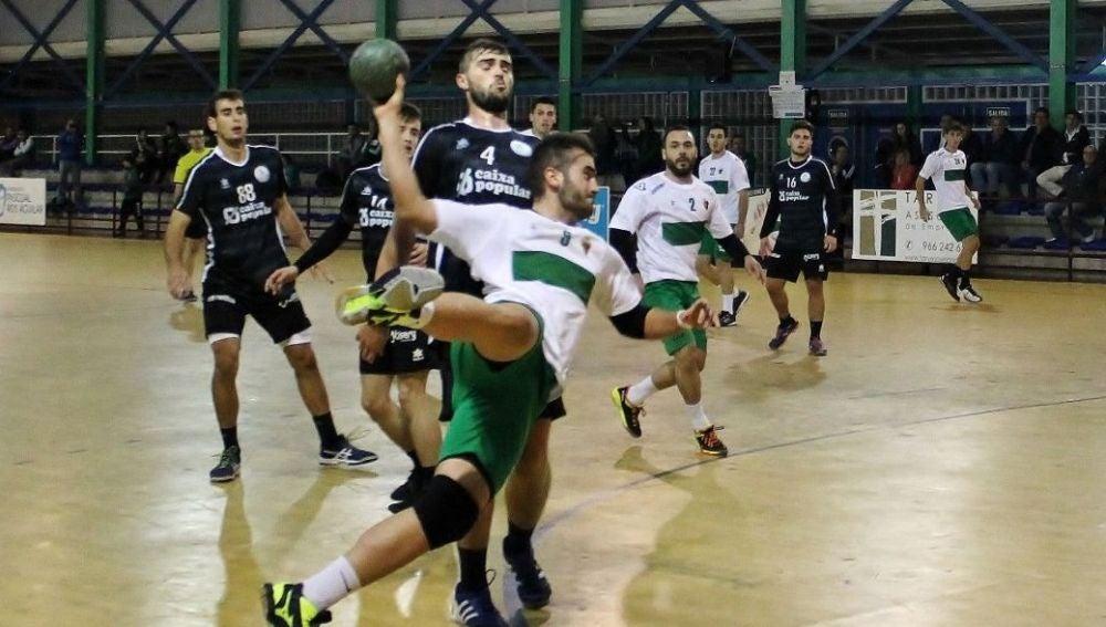 Pepe García y Nico López, en un partido del Club Balonmano Elche.