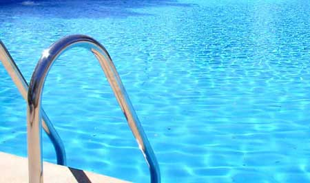 Maldito bulo: Mitos y bulos sobre las piscinas