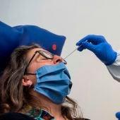 Personal sanitario realiza un test de anticuerpos por COVID-19