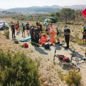 Ciclista herido en Elche es atendido por personal del SAMU.