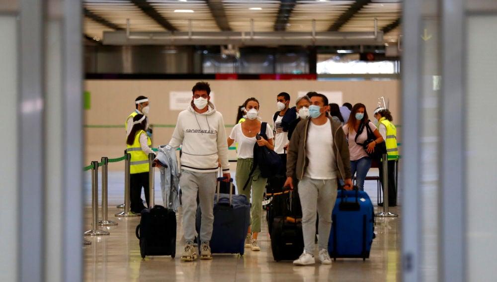 Pasajeros llegan al aeropuerto de Barajas