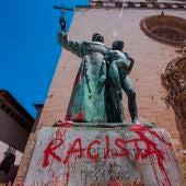 Pintada en la estatua dedicada en Palma en la Plaza de Sant Francesc a Fray Junípero Serra