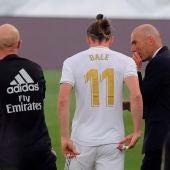 Zidane da instrucciones a Gareth Bale.