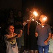 Tres nens de l'Espluga de Francolí jugant amb unes bengales durant la nit de Sant Joan