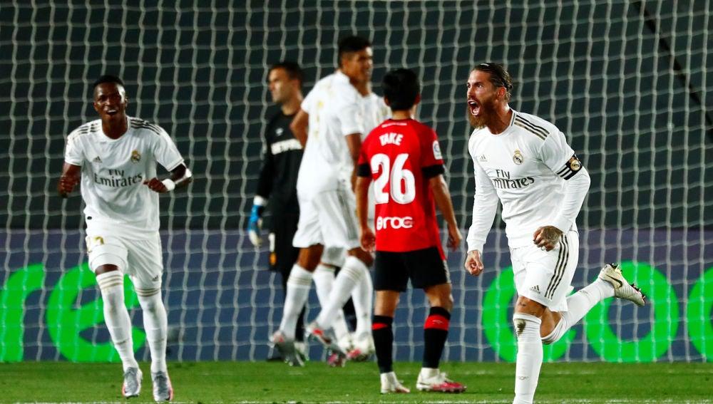 Sergio Ramos celebra su gol con el Real Madrid con Vinicius al fondo.