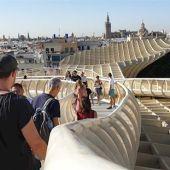 Un grupo de turistas recorriendo las Setas de la Encarnación