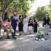 El hijo de la víctima, Jesús Argudo, junto al alcalde y los portavoces de los grupos municipales