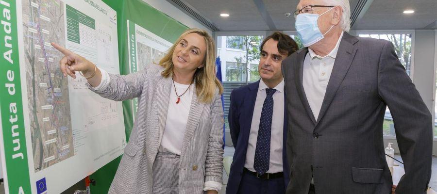 La consejera de Fomento, Marifrán Carazo, explicando los trazados de la Linea 3 del metro de Sevilla