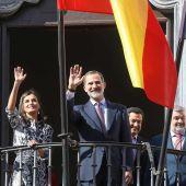 Los Reyes en el balcón del Museo histórico Municipal de Écija durante una de sus últimas visitas a la provincia
