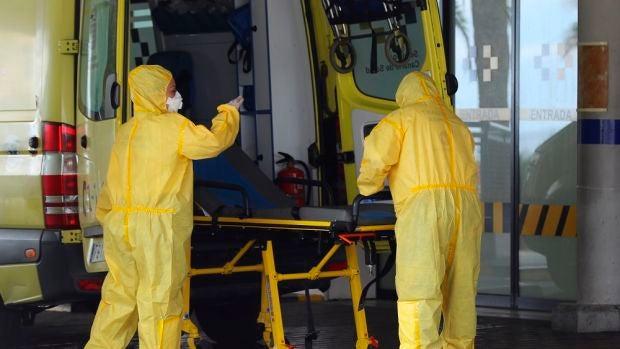 Personal sanitario prepara una ambulancia en la puerta de Urgencias del Hospital Universitario Insular de Gran Canaria