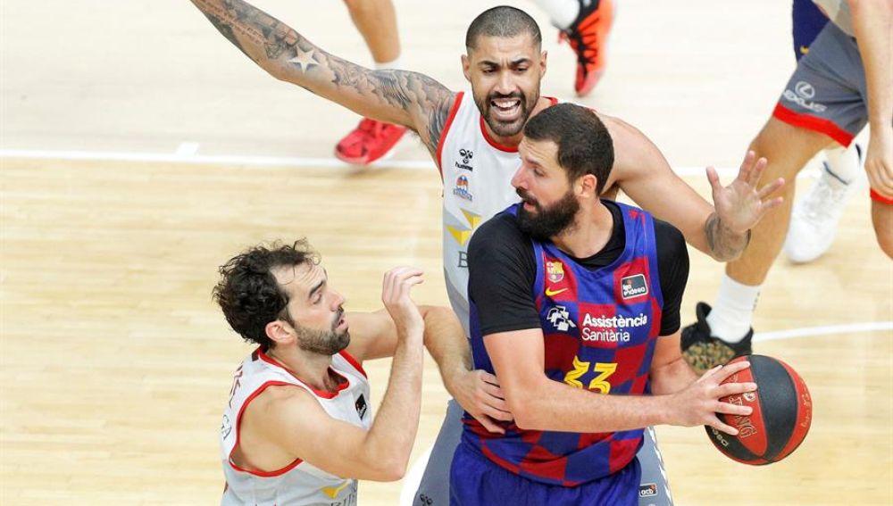 Nikola Mirotic intenta pasar el balón ante la defensa de los jugadores del San Pablo Burgos.