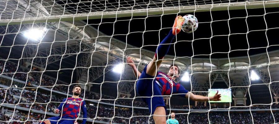 Sergi Roberto intenta salvar un gol en la porteria de Ter Stegen