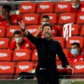 Simeone da órdenes a sus jugadores desde el banquillo.