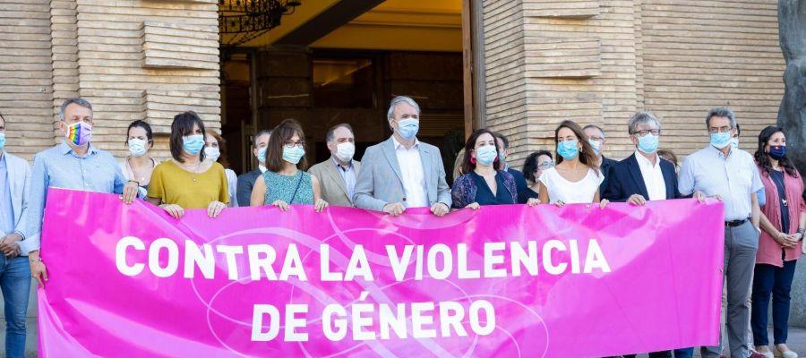 Los portavoces de los grupos municipales concentrados en las puertas del consistorio