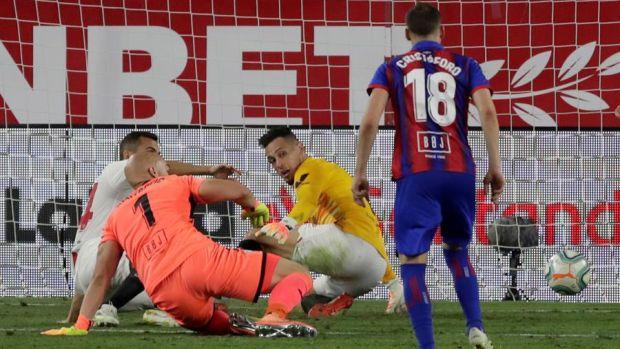 El héroe Ocampos: marca ante el Eibar y acaba de portero con un 'paradón' salvador
