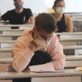 Un alumno acude a un examen con mascarilla