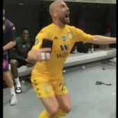 Pepe Reina celebra la salvación del Aston Villa.