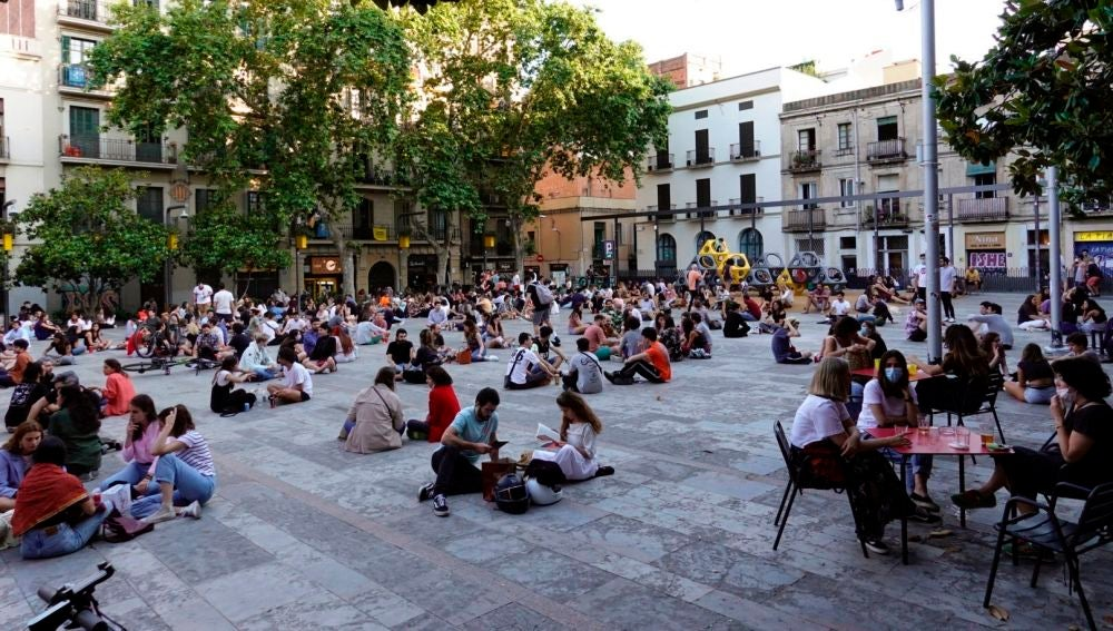 Multitud de jóvenes toman cervezas en la plaza del Sol del barrio de Gracia de Barcelona