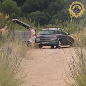 La Policía Local pilla in fraganti a los vecinos depositando enseres en la rambla.