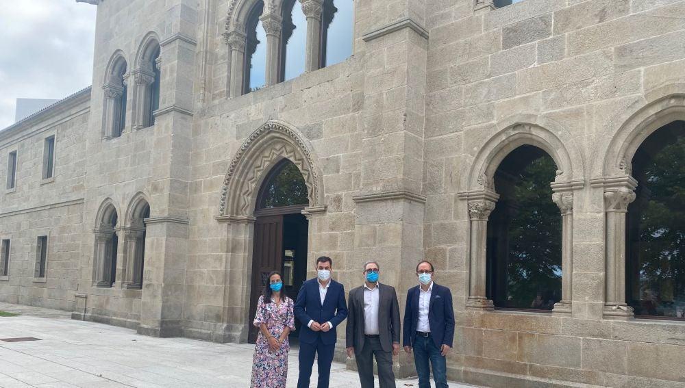Conselleiro de Cultura y Turismo, Román Rodríguez, acompañado por el director general de Políticas Culturales, Anxo M. Lorenzo, en la nueva sede del Archivo Histórico Provincial