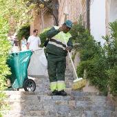 Servicio de limpieza viaria en un pueblo de Mallorca