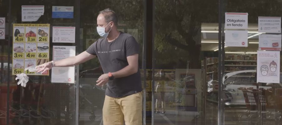 Ciudadano tirando guantes en Palma
