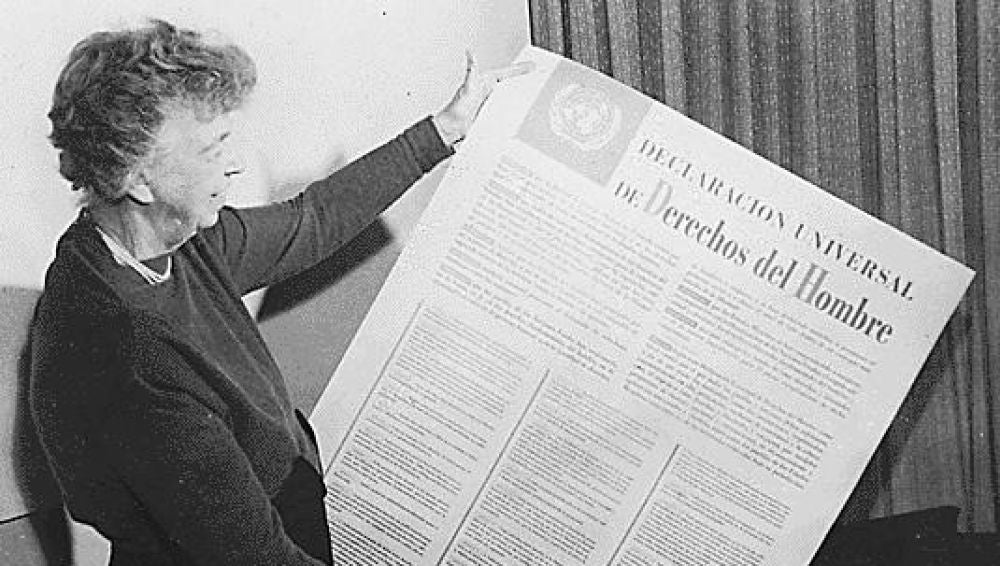 Eleanor Roosevelt sostiene la Declaración Universal de Derechos del Hombre