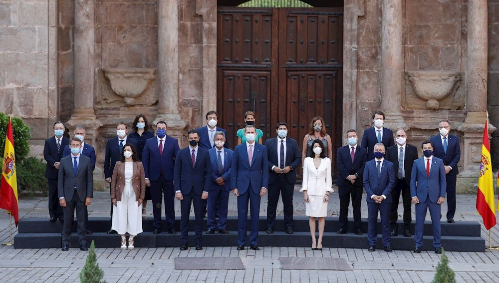 Foto de grupo de la Conferencia de Presidentes con el Rey Felipe VI en el centro de la imagen