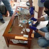 Los agentes hacen recuento del material incautado en el domicilio del sospechoso.