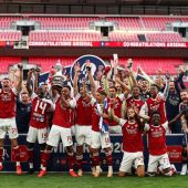 Arsenal FC tras hacerse con la copa de la FA