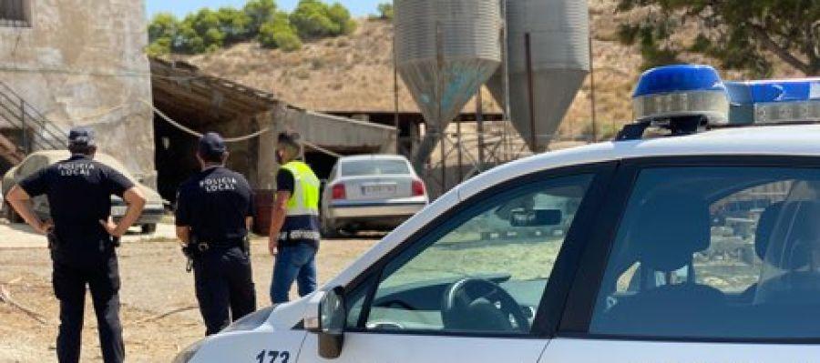 Agentes de la policia en el matadero clandestino localizado en Elche.