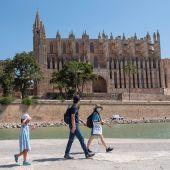Tres turistas pasean por el Parc de la Mar en Palma
