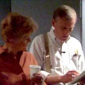 Howard Ashman y Angela Lansbury repasan la letra de la canción 'Be our guest' durante la grabación de 'La bella y la bestia'