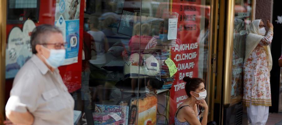 Varias personas con mascarilla en una calle de Madrid