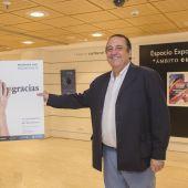 Fernando Soler con el cartel anunciador del congreso FacoElche 2021.