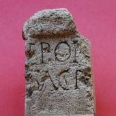 Altarcito votivo (Ara) procedente de Duratón y dedicado a la diosa EPONA. Museo de Segovia.