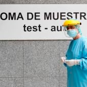 Imagen de archivo: personal sanitario realiza pruebas PCR