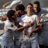 Los futbolistas del Sevilla celebran el gol de Reguilón.